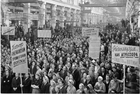 Soviet crowd with signs protesting U-2 incident. [79-5-1]